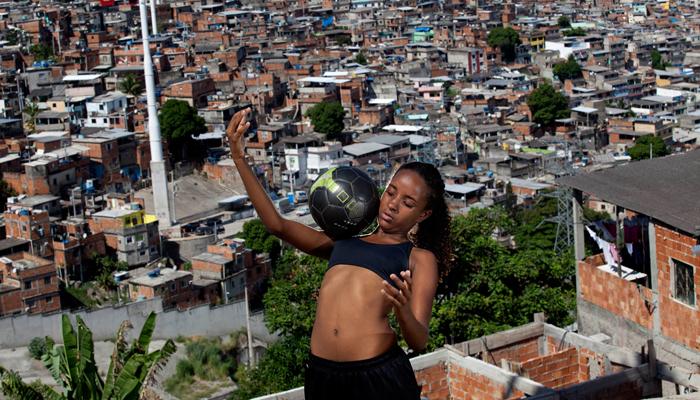 As donas da bola: jogadoras e pesquisadoras driblam e combatem a invisibilidade do futebol feminino