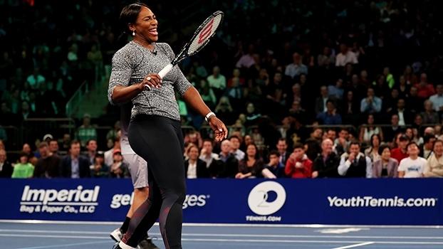 Durante partida de duplas mistas, Serena Williams canta e dança música de Justin Bieber