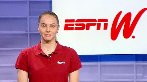 Comentarista dos canais ESPN apresenta aparelhos da ginástica rítmica