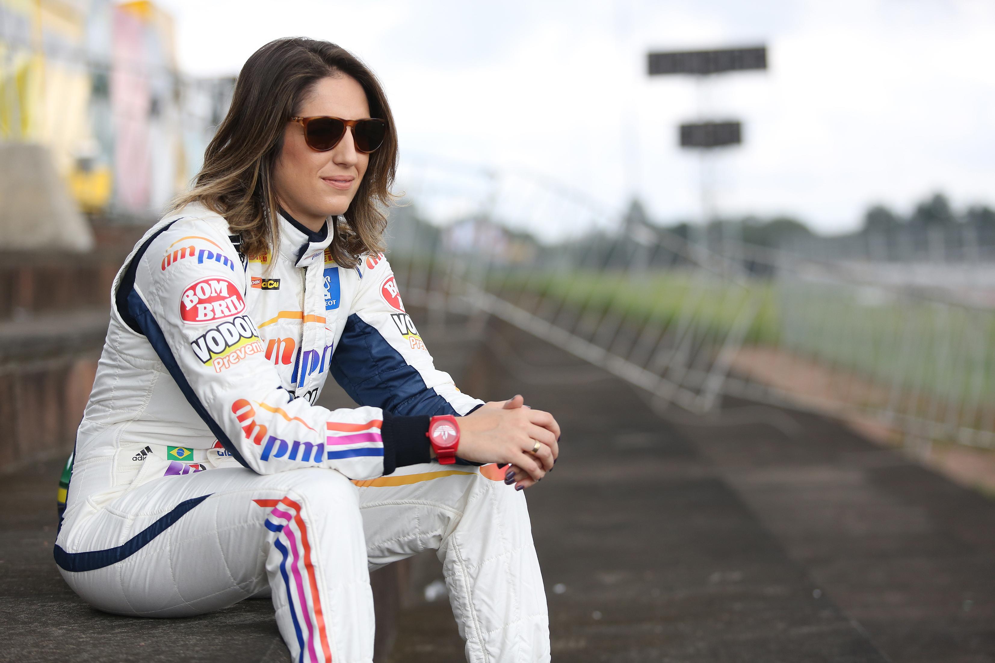 """Fera do volante, Bia Figueiredo cobra investimento em pilotas e rebate Ecclestone: """"Típica cabeça do dirigente inglês"""""""