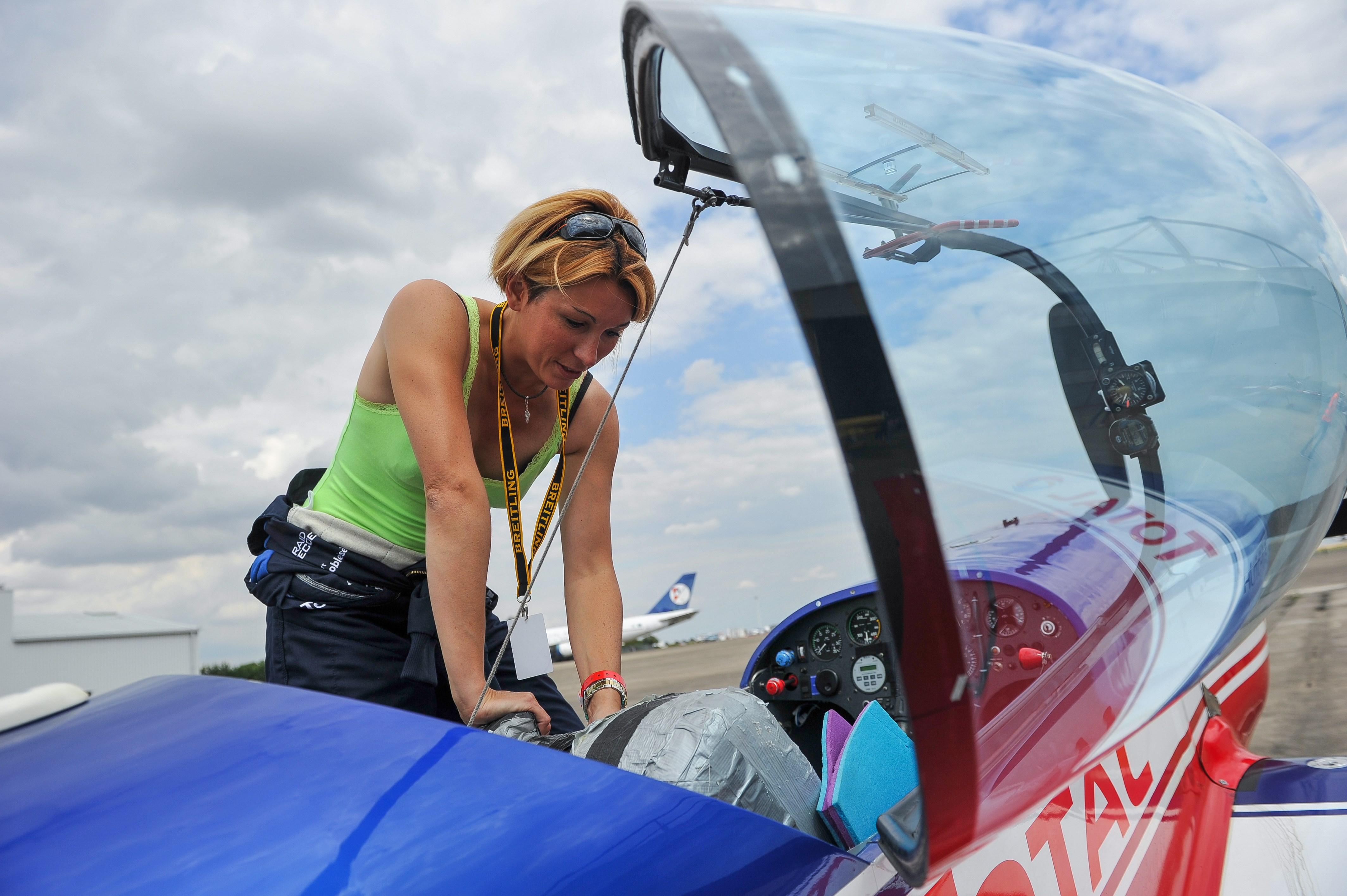 Francesa que era frentista deixou posto de gasolina para reinar entre os homens na acrobacia aérea