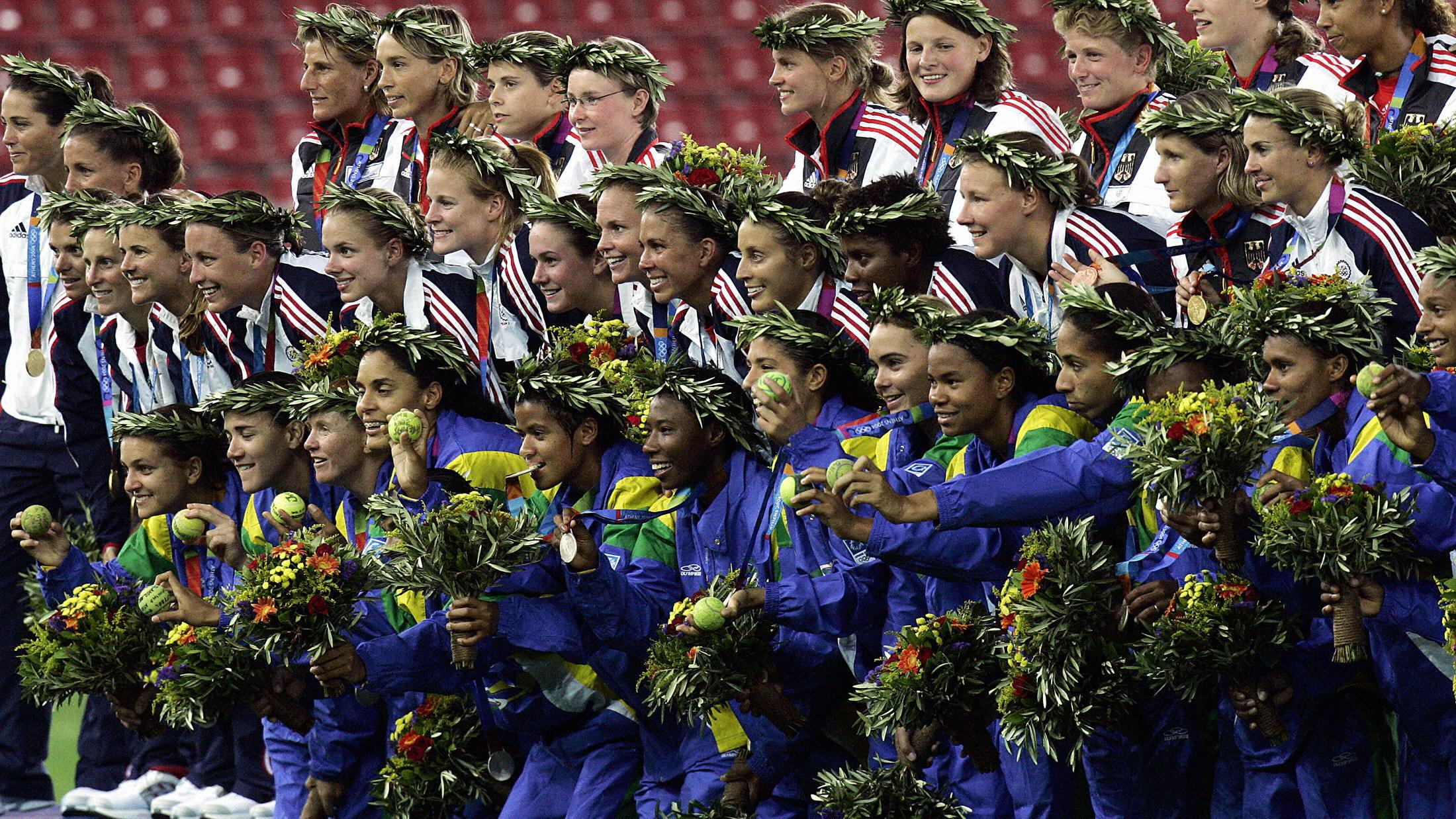 Histórica medalha de prata da seleção feminina de futebol em Atenas-2004 teve bolinha de tênis e jogadoras em 'tribunal'