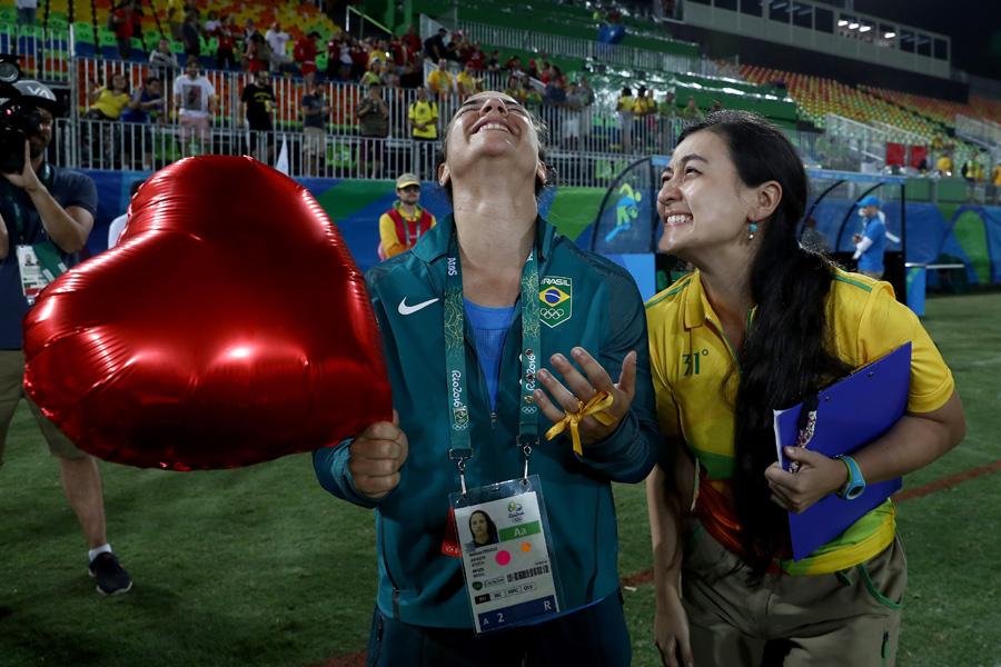 Pedido olímpico: conheça as personagens de uma das cenas mais marcantes dos Jogos Rio-2016 até agora