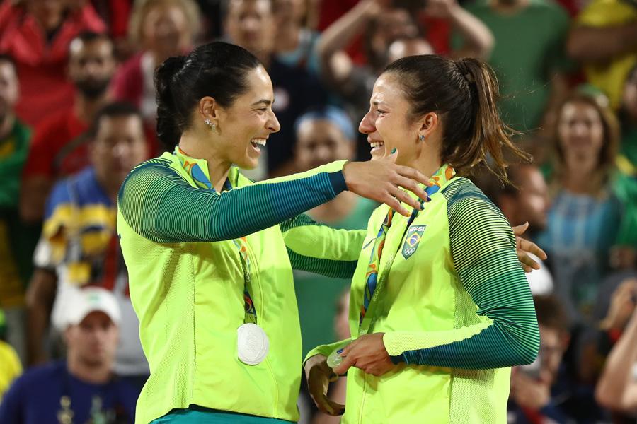 Parceiras que se tornaram amigas, Ágatha e Bárbara derrubaram invencibilidade histórica e mantiveram tradição de medalha do Brasil no Vôlei de Praia