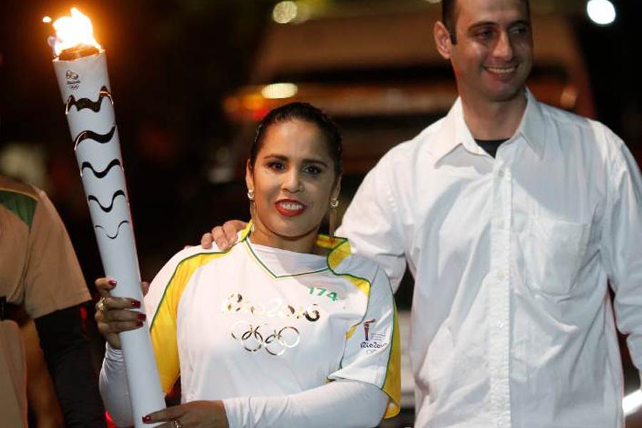 Maior medalhista brasileira no Atletismo, Ádria Santos acende a pira dos Jogos Paralímpicos