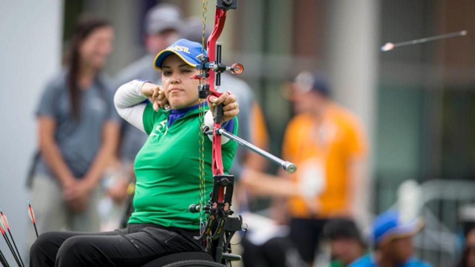 Ela perdeu a mãe para o câncer de mama, mas venceu a doença; hoje brilha no esporte e disputa Paraolimpíada