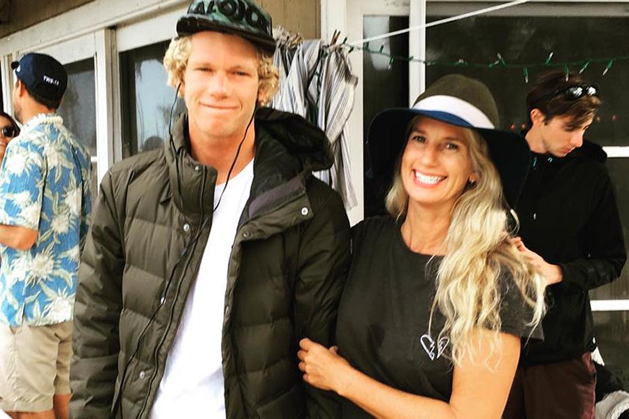 Ela foi para o Havaí sem nada e criou família sozinha: a incrível história da mãe do novo campeão mundial de surfe