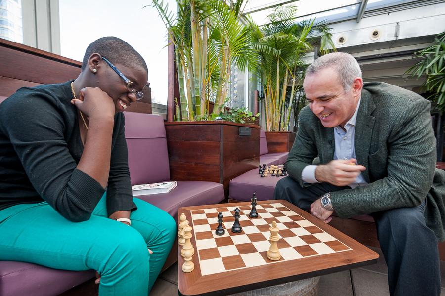 De analfabeta em Uganda a mestra do xadrez: a incrível história de Phiona Mutesi virou filme