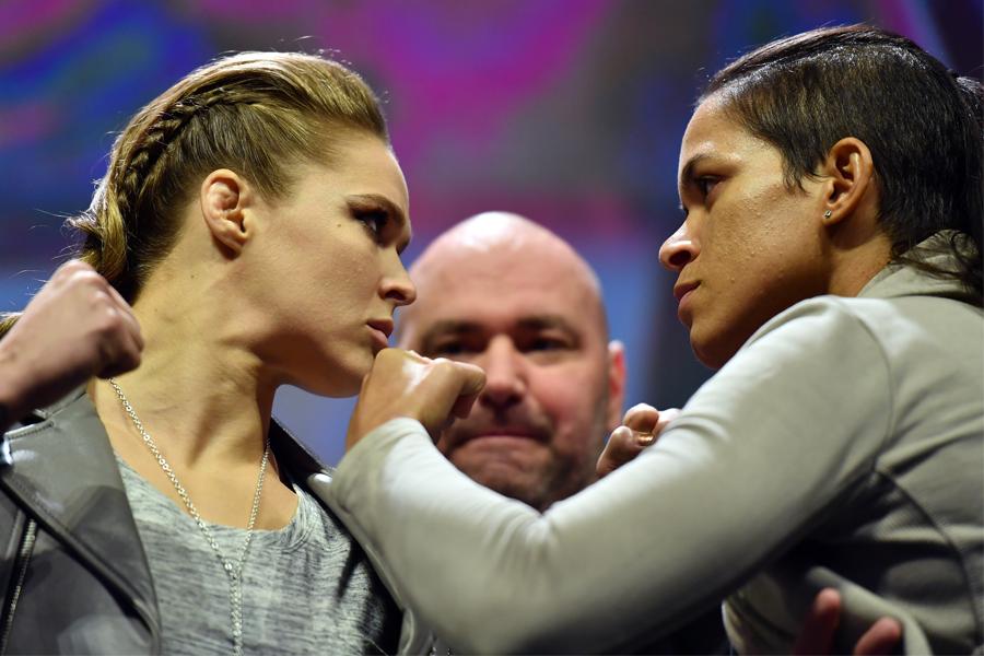 Ronda Rousey teve de ser consolada depois de ficar frente à frente com Amanda Nunes