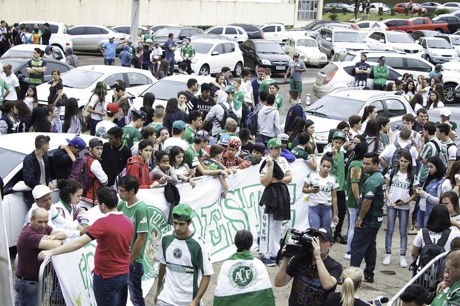 'As ruas ao redor do estádio estão fechadas, mas não tem jogo', conta torcedora sobre o clima em Chapecó após a tragédia