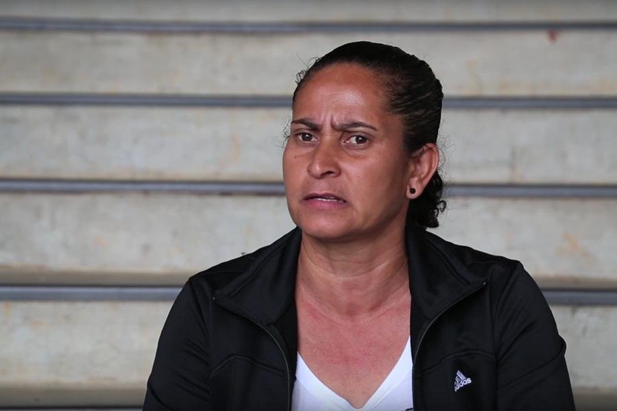 Treinadora de futebol que trabalha com meninas em situação de risco recebe homenagem no CINEfoot