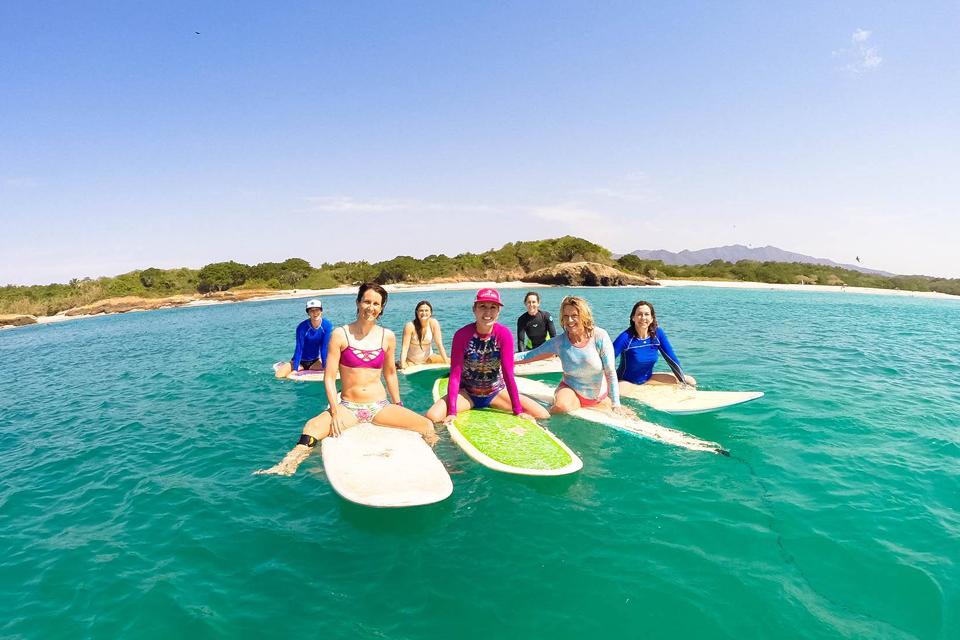 No 'clube da Luluzinha' do surfe, só mulheres têm vez