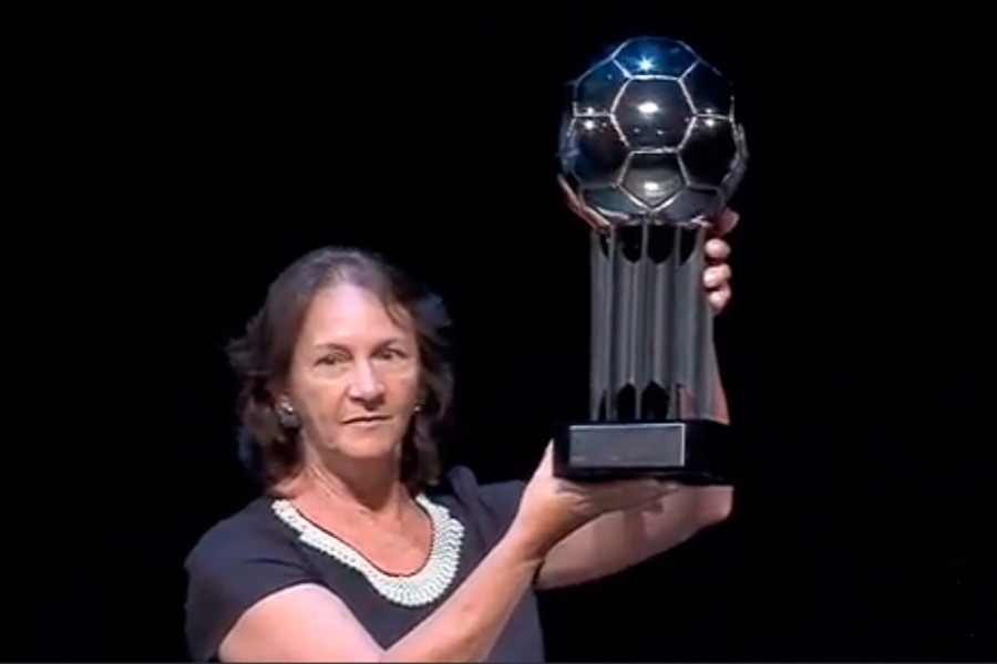 'Quem está falando por mim é o meu filho', diz mãe do goleiro Danilo, após homenagem à Chapecoense na Bola de Prata