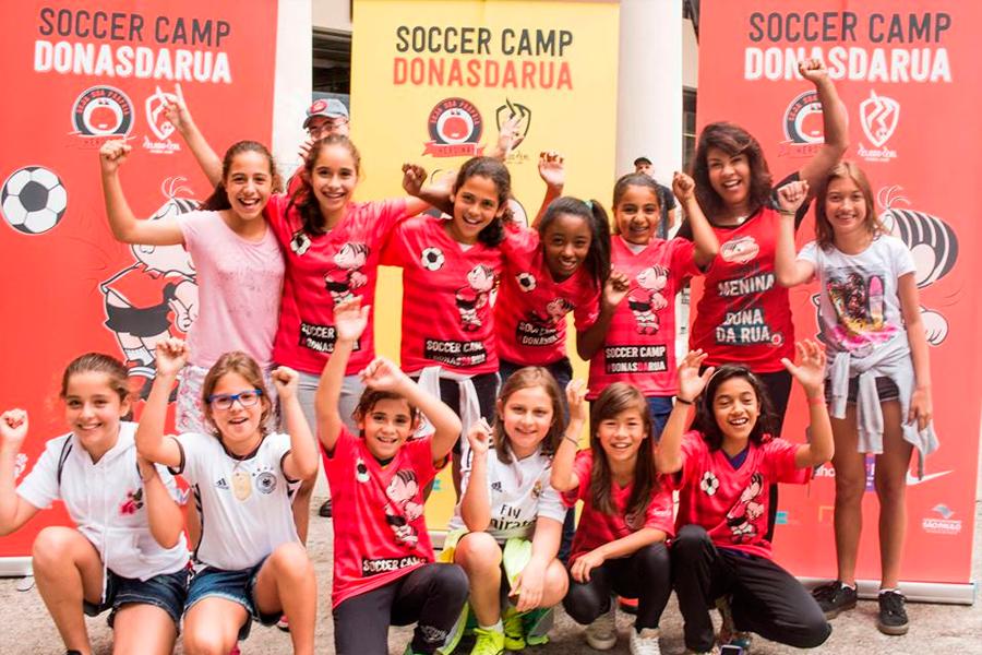 Soccer Camp Donas da Rua promove o empoderamento feminino através do futebol