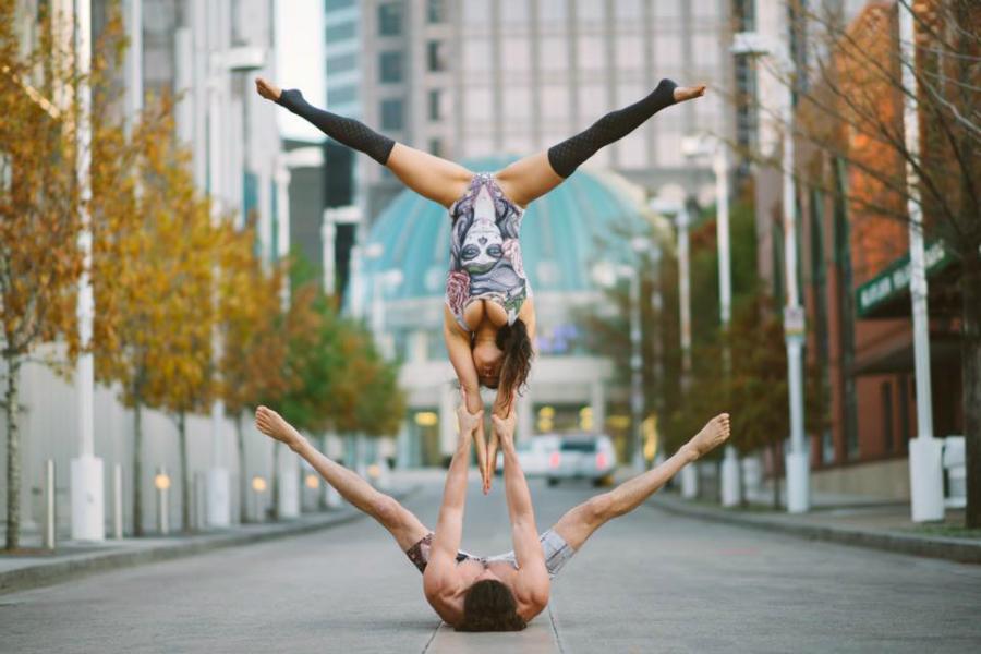 Mistura de Yoga e acrobacias, Acroyoga fez casal virar hit na internet