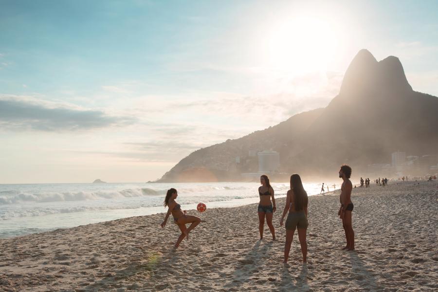 Cinco esportes para você praticar na praia durante o verão