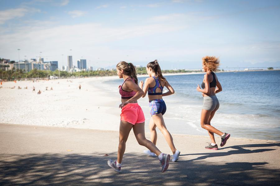 Vai manter os treinos de corrida durante o verão? Confira cinco dicas para evitar contratempos
