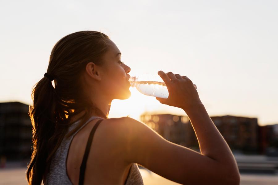 Cinco dicas para manter o corpo hidratado durante o verão