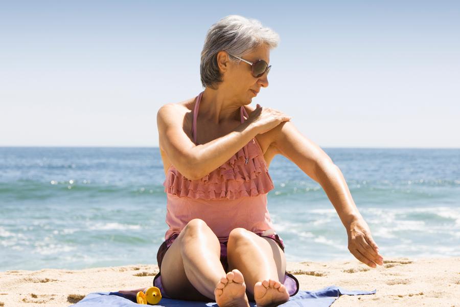 Cinco dicas para cuidar da pele durante os meses de calor