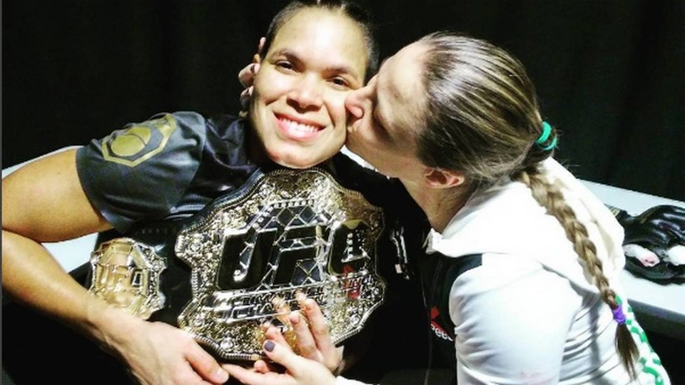 Casa, comida, inglês e treinos: como namorada ajudou Amanda a ser a 1ª campeã gay do UFC