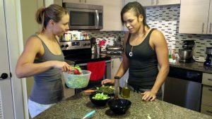 Nina cozinha, Amanda cuida da salada; Crédito: espnW.com