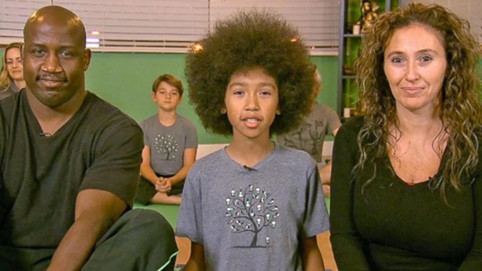 Garoto de 11 anos vira instrutor de yoga após batalha contra o câncer da mãe