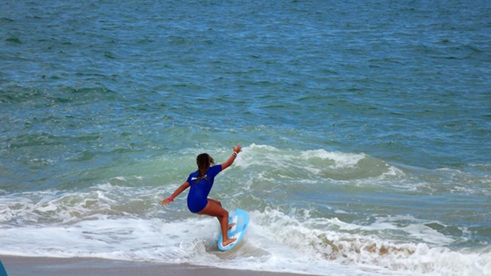 Conheça um pouco mais sobre o skimboard, o 'skate das praias'