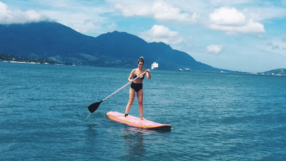 Stand up paddle trabalha todos os músculos do corpo e você deveria experimentar
