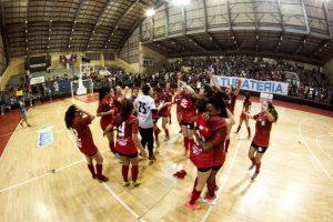 Lívia e o time de futsal feminino da Cásper Líbero