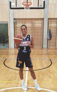 Jackie joga em Chiasso, na Suíça (Reprodução/Facebook)