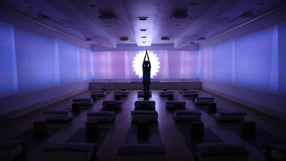 Yoga 'turbinada' ativa todos os sentidos com luzes, músicas, cheiros e até shot de elixir