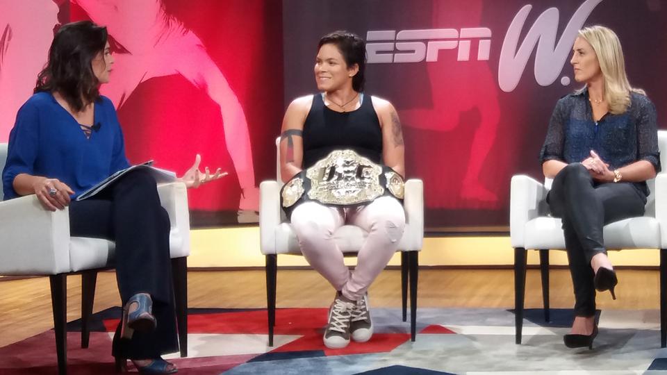 Nos bastidores da gravação do Olhar espnW, Amanda Nunes aposta em mais títulos de lutadoras brasileiras no UFC
