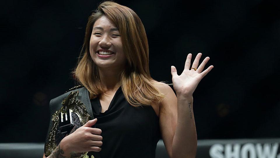Invicta e mais jovem campeã mundial de MMA da história, Angela Lee tem 'sangue de lutadora' e busca mais recordes