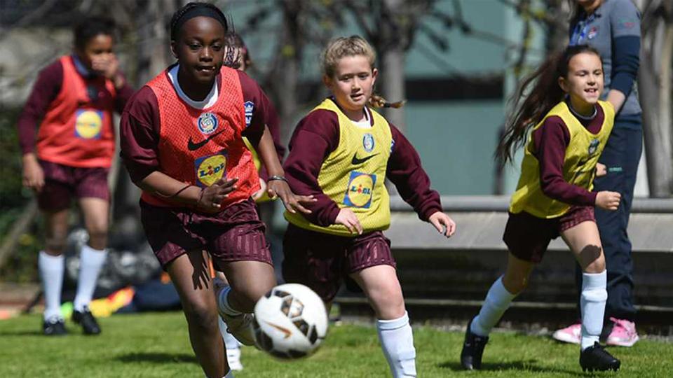Dobrar o número de meninas e mulheres envolvidas com futebol até 2020: Conheça o plano inglês