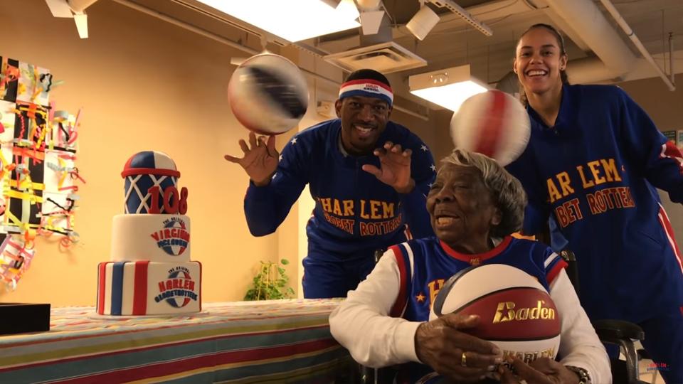 Aos 106 anos Virginia McLaurin dançou com o ex-presidente dos EUA, dois anos mais tarde ela faz festa com estrelas do basquete