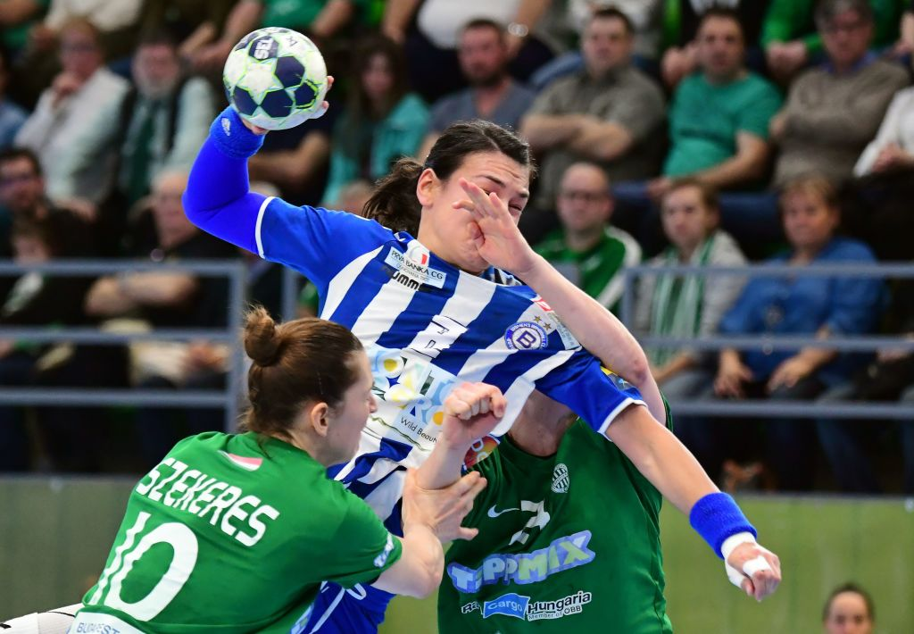 Romanian Cristina Neagu (C) of Montenegrian Buducnost is fouled by Dutch Danick Snelder (R) and Klara Szekeres (L) of FTC Rail Cargo Hungaria in Budapest on March 11, 2017 during the EHF Women's Champions League handball match FTC-Rail Cargo Hungaria vs Buducnost. / AFP PHOTO / ATTILA KISBENEDEK (Photo credit should read ATTILA KISBENEDEK/AFP/Getty Images)
