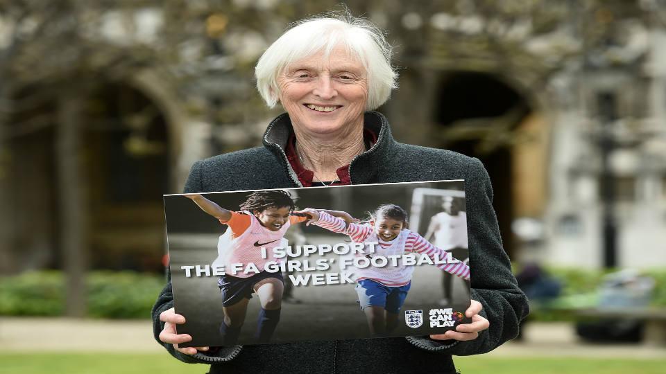 Sue Campbell acredita que o envolvimento de meninas no futebol dará a elas a noção de empoderamento. (Getty Images)
