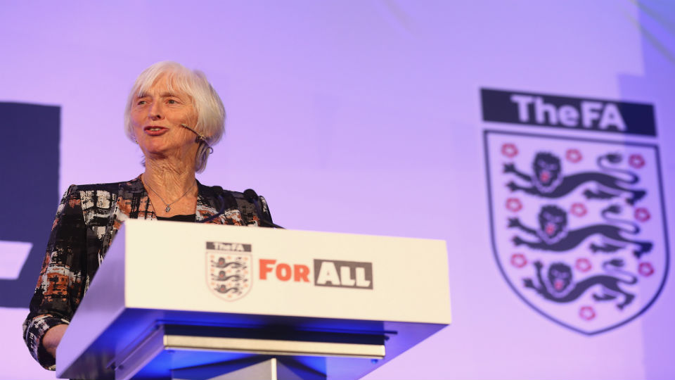Conheça Sue Campbell, a baronesa à frente de uma revolução no futebol inglês