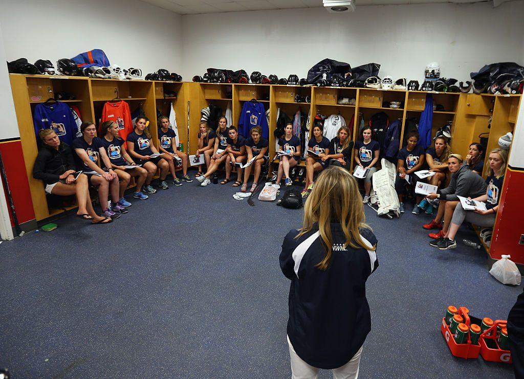 Dani falando com o time New York Riveters que faz parte da NWHL, liga fundada por ela. (Getty Images)