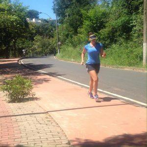 Sabrina correndo após o tratamento que a engordou 5kg de inchaço e gordura (Reprodrução Facebook)