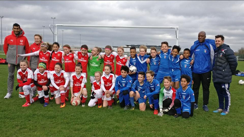 Futebol inglês rompe barreiras e equipe feminina sub-10 equilibra jogo contra time de meninos da mesma idade