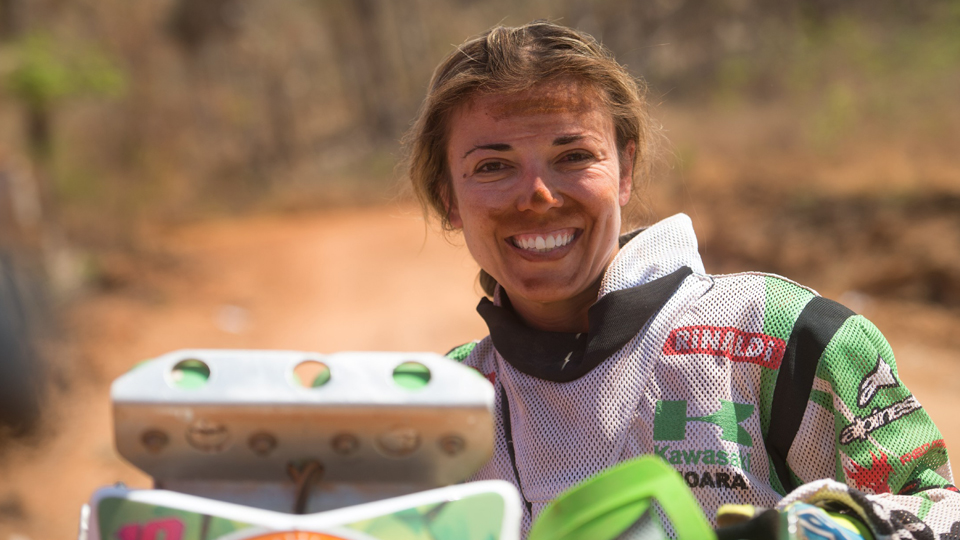 'Tem piloto que parou de correr porque perdeu para mim', conta mulher que disputou 17 vezes o Rally dos Sertões entre as motos