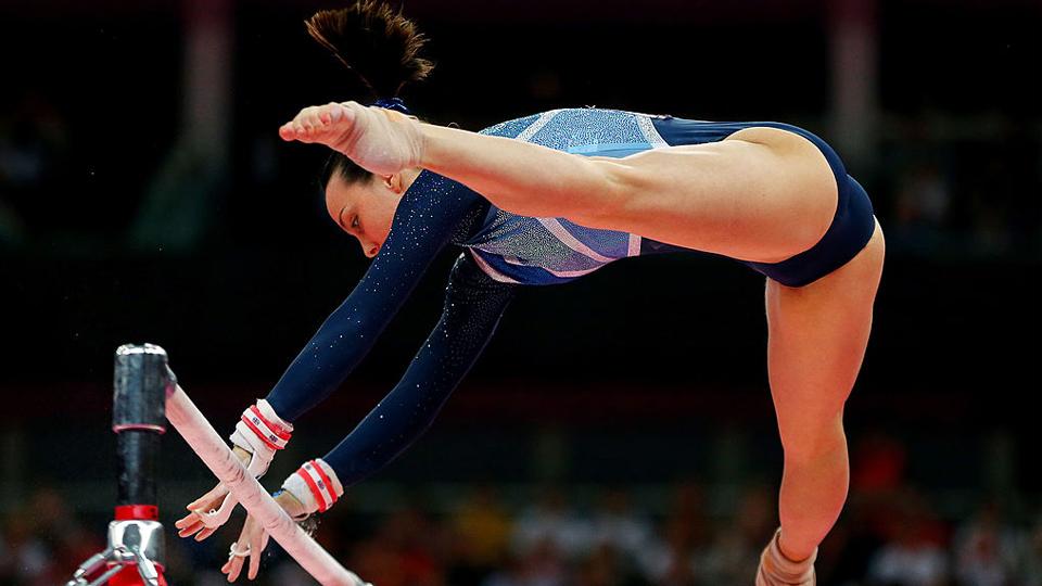 Um ano após sofrer um grave acidente, maior ginasta britânica da história se dedica a ensinar o esporte a crianças