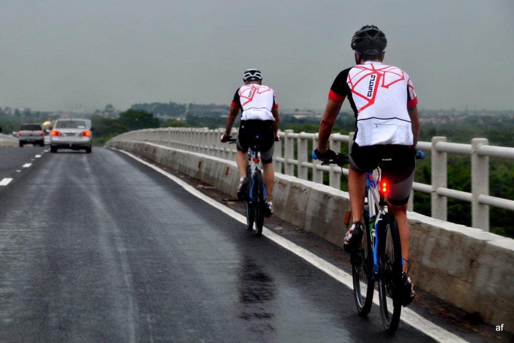 Logo no começo pegaram a via molhada e Tiago levou o único tombo de toda a viagem (Andreia Fadanelli/Divulgação)