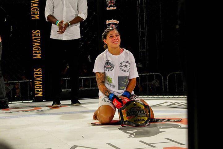 Mayra com o cinturão que ganhou na Batalha MMA, em março deste ano (Arquivo Pessoal)