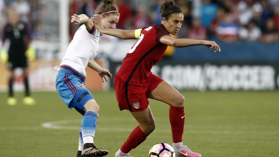 Em meio a clima quente no campo político, EUA recebe Rússia em amistosos de futebol feminino e Carli Lloyd busca seu 100º gol