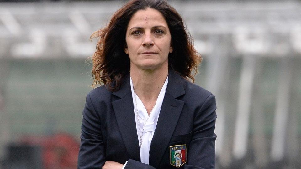 Primeira técnica de seleção italiana de futebol masculino quer ser exemplo