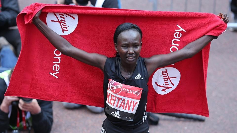 Queniana bate recorde mundial e vence Maratona de Londres pela terceira vez