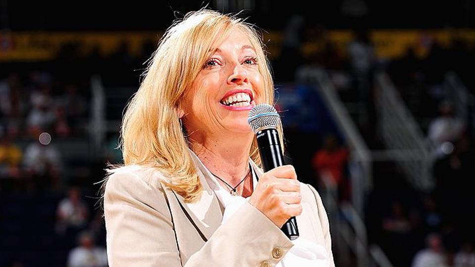 Inovações, aproximação do público e aumento de visibilidade: como a dirigente Jay Parry está revolucionando a WNBA