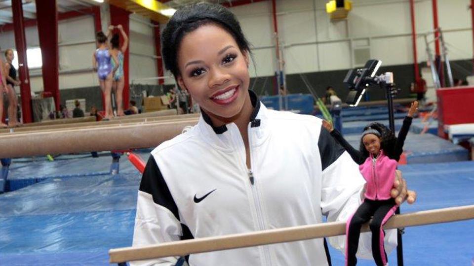 Atleta norte-americana que quebrou tabu na ginástica artística ganha boneca em sua homenagem